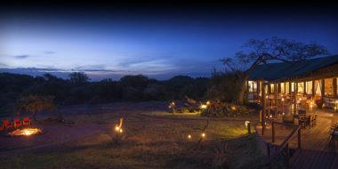 Kusini Safari Camp, das Camp am Abend